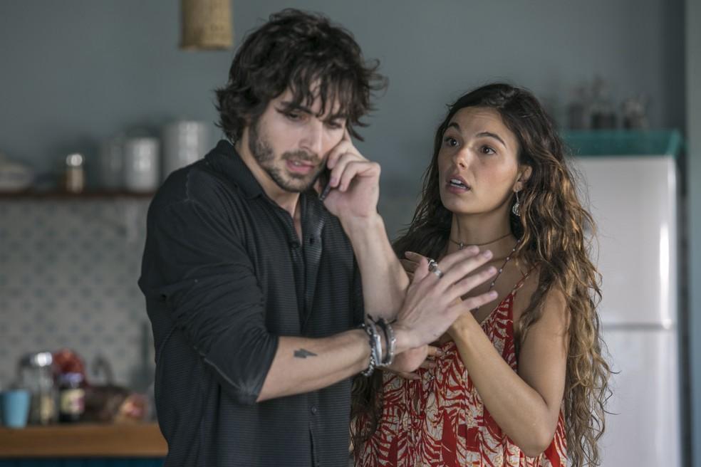 O playboy ouve direitinho o recado que a amiga de Rita tem para eles. Será notícia boa?  (Foto: Fábio Rocha / Gshow)