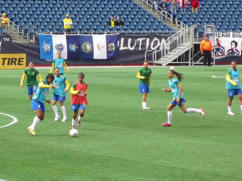 Seleção brasileira aquecendo para amistoso contra o Canadá, em 2012  (Foto: Flickr kbrookes)