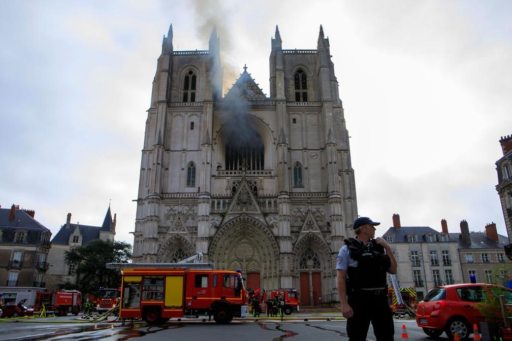 Bombeiros trabalham para conter o fogo que atingiu a Catedral de São Pedro e São Paulo, em Nantes, na França, neste sábado (18) — Foto: Laetitia Notarianni/AP