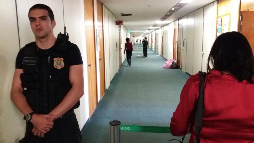 Polícia legislativa faz bloqueio em frente ao gabinete do corredor do gabinete do deputado Rodrigo Rocha Loures (Foto: Bernardo Caram/G1)