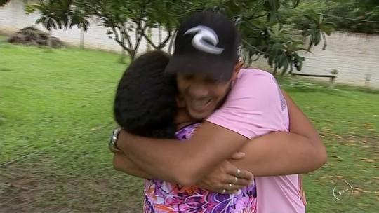 Após 35 anos, filho reencontra mãe no dia do aniversário: 'Melhor presente'
