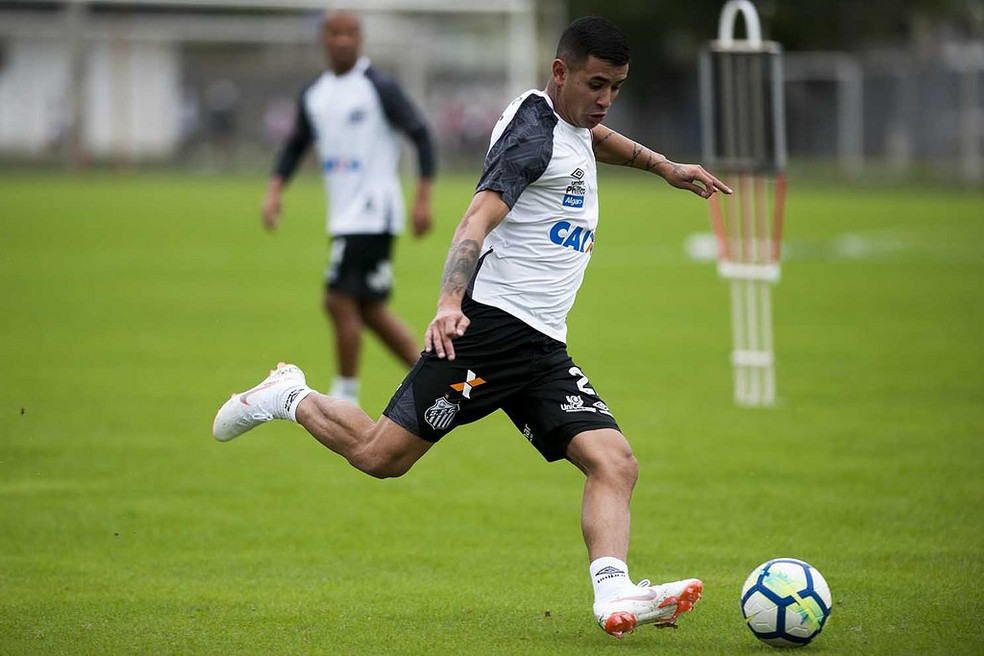 Derlis González deve ser o escolhido de Cuca para a vaga de Carlos Sánchez (Foto: Ivan Storti/Santos FC)