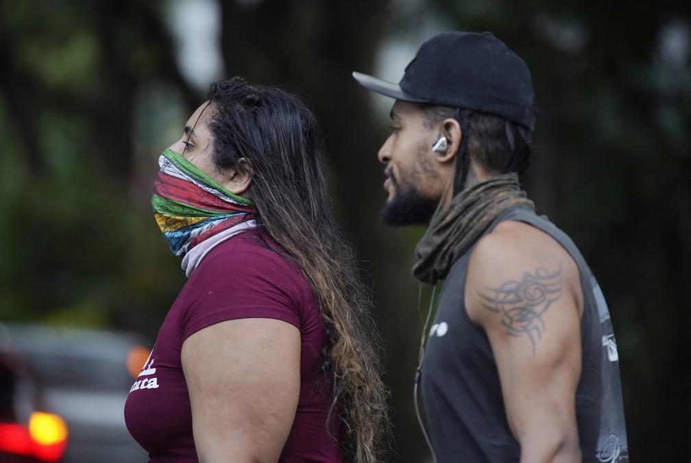 """Mulher anda com """"máscara caseira"""" em Copacabana, Zona Sul do Rio — Foto: Marcos Serra Lima/G1"""