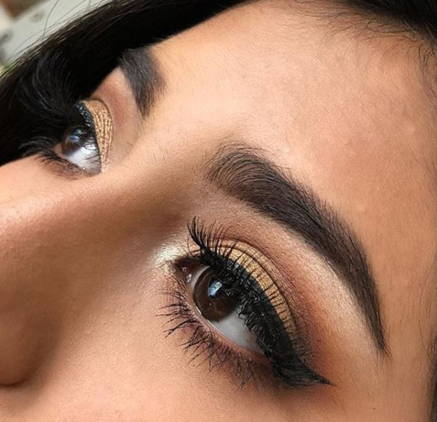 Acima, mulher usa o produto da RV Eyelashes  (Foto: Divulgação )