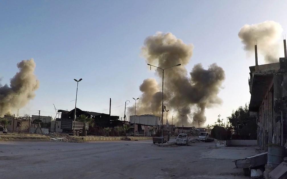 Fumaça é vista após ataques aéreos do governo sírio na cidade de Douma, no leste de Ghouta, na Síria, no sábado (7) (Foto: Syrian Civil Defense White Helmets via AP)