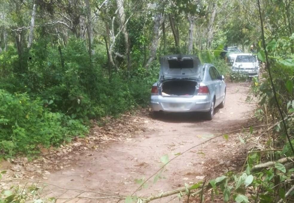 Carro foi abandonado em estrada de terra (Foto: Divulgação/PM)