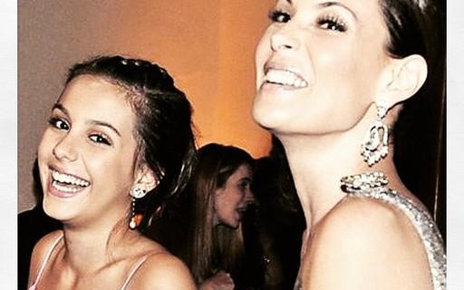 Carolina Ferraz posta fotos da filha mais velha e se