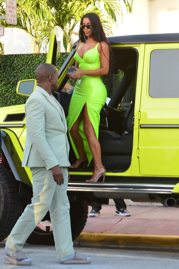 ** RIGHTS: ONLY UNITED STATES, BRAZIL, CANADA ** Miami, FL  - Kim Kardashian gets a helping hand from her man Kanye West while they grab ice cream. Kanye is seen even grabbing a handful of Kim's butt before the duo grab some ice cream.Pictured: Kim Ka (Foto: BACKGRID)