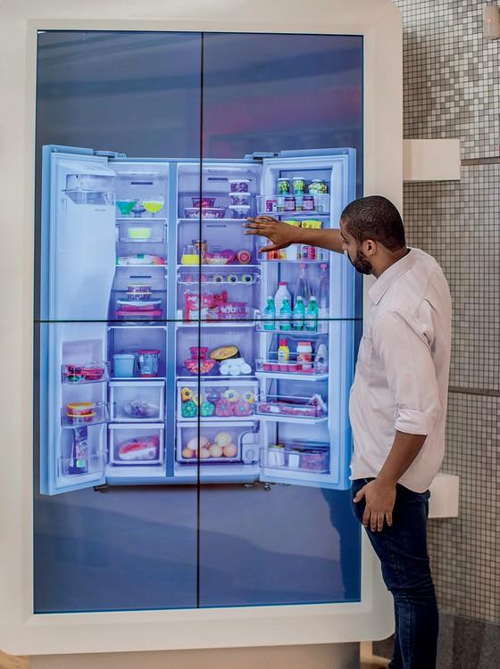 NÃO É REAL Vendedor expõe geladeira em tela touchscreen. Uma prateleira virtual tem produtos e permite ver como eles ficam em casa  (Foto: Edilson Dantas/Agência O Globo)