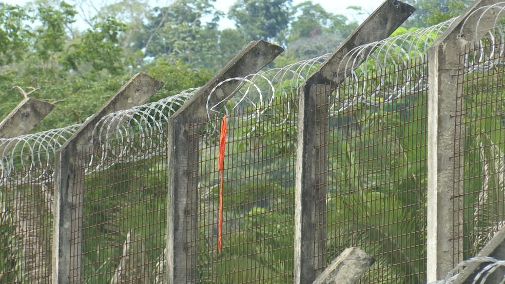Pedaços de uniformes dos presos rasgaram durante a fuga e ficaram ficaram presos na concertina de proteção (Foto: Rede Amazônica/Reprodução)
