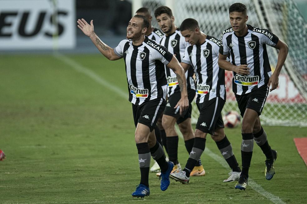 Pedro Castro, do Botafogo, comemora gol contra o Macaé — Foto: Jorge Rodrigues/AGIF