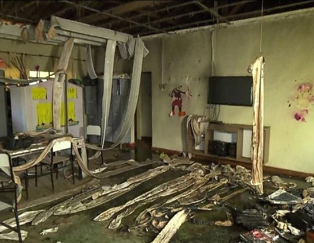 Creche ficou completamente destruída após o ataque (Foto: Reprodução/TV Globo)