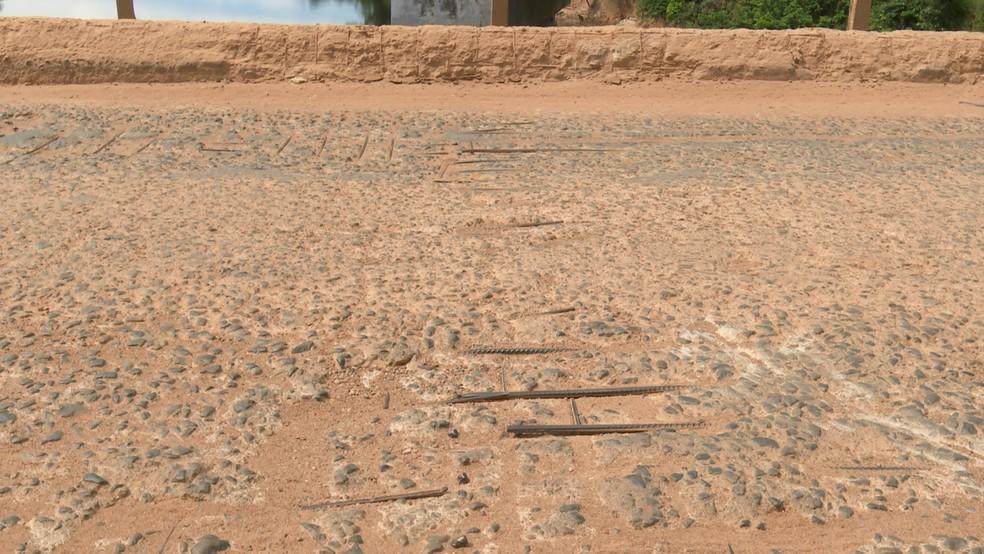 Motociclista disse que quase sofreu acidente devido a vergalhão exposto na ponte antiga na BR-421 em Ariquemes — Foto: Rede Amazônica/Reprodução
