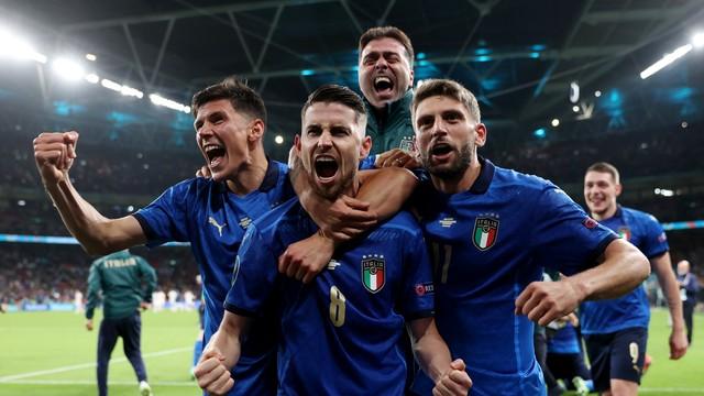 Jorginho vibra com gol no pênalti decisivo e classificação da Itália