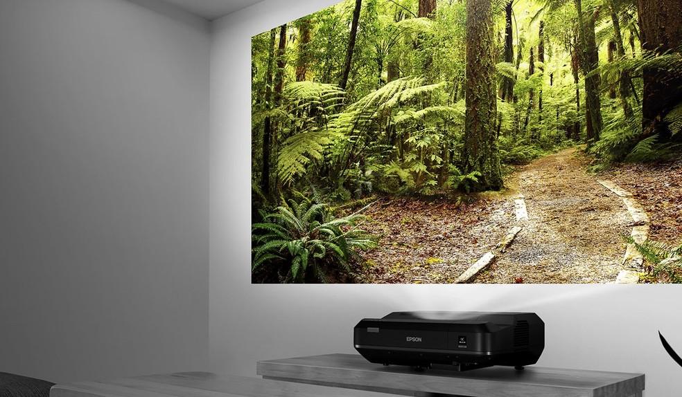 Epson Home Cinema LS100 suporta aparelhos de streaming (Foto: Divulgação/Epson)