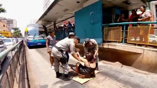 'Bateu um desespero', diz mulher que sentou em via e impediu tráfego de ônibus após ter celular furtado dentro do veículo
