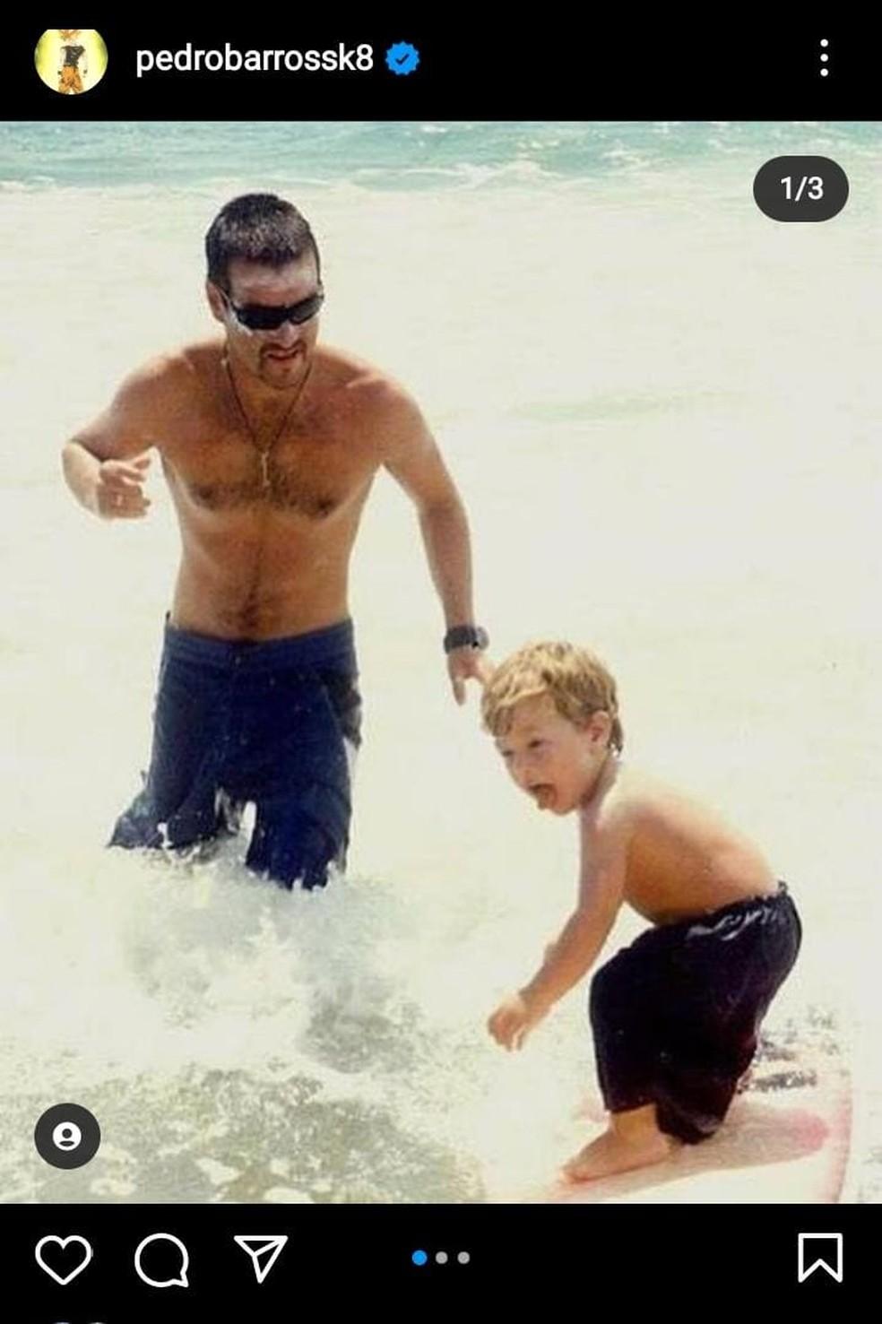 Imagem de rede social com André Barros e o filho surfando  — Foto: Reprodução/Redes Sociais