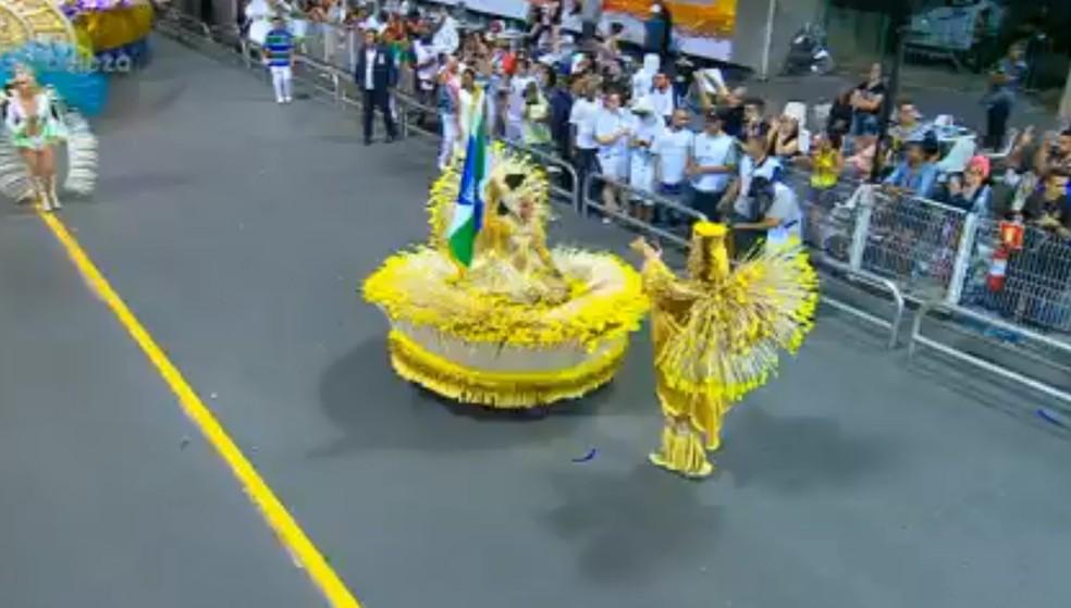 Veja como era a saia rodada da porta-bandeiras da Vila Maria antes de cair (Foto: TV Globo/Reprodução)