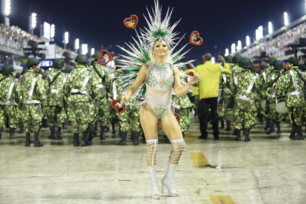 Antônia Fontenelle desfila pela Império Serrano — Foto: Marcos Serra Lima/G1