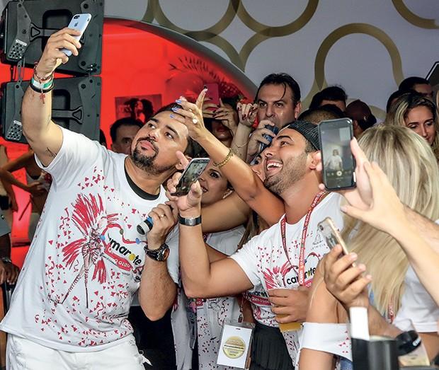 Xand Avião levou o forró para a folia e garantiu as selfies dos fãs (Foto: Renato Wrobel/ QUEM)