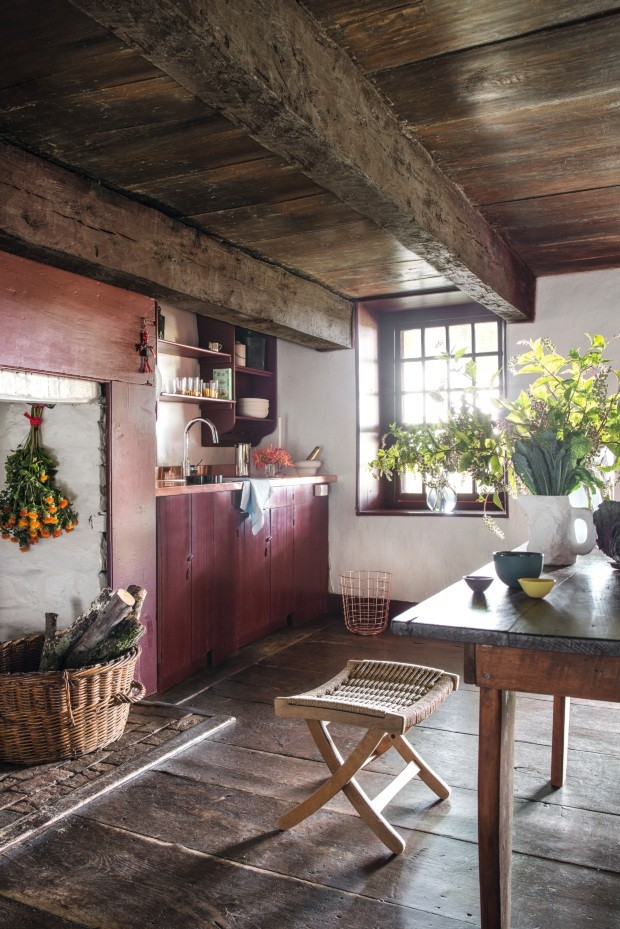 Cozinha. A bancada original de madeira foi substituída por uma de cobre, que modernizou o ambiente junto com peças de designers como Tom Dixon, Hay e Max Lamb (Foto: Marco Bertolini / Living Inside)