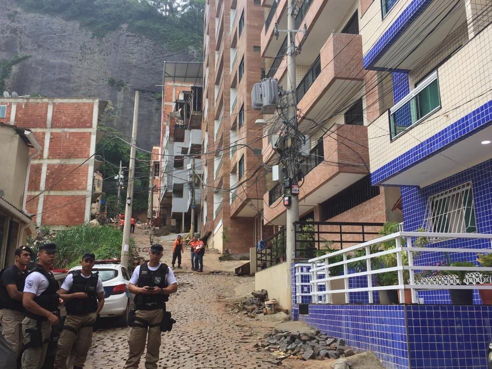 Buscas por desaparecidos segue pelo quarto dia na comunidade da Muzema, na Zona Oeste do Rio — Foto: Fernanda Rouvenat/ G1