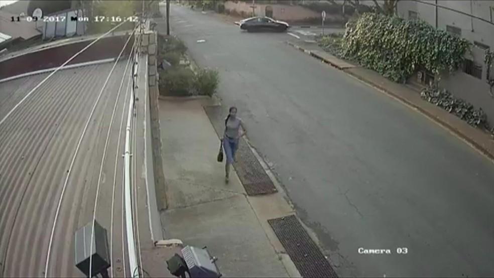 Estudante correu após ser liberada pelos ladrões (Foto: Reprodução)