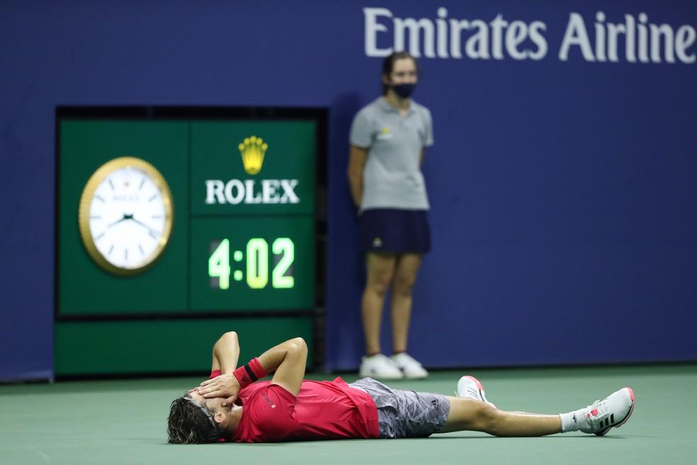 Dominic Thiem vai ao chão ao se consagrar campeão do US Open — Foto: AFP