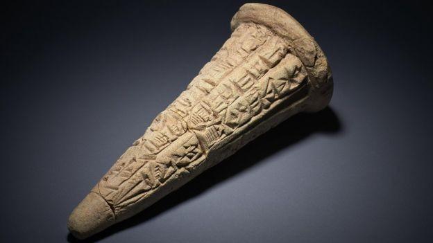 Cones de argila tinham nome de rei sumério que os encomendou, templo de onde vieram e deus ao qual o templo era dedicado (Foto: BRITISH MUSEUM)
