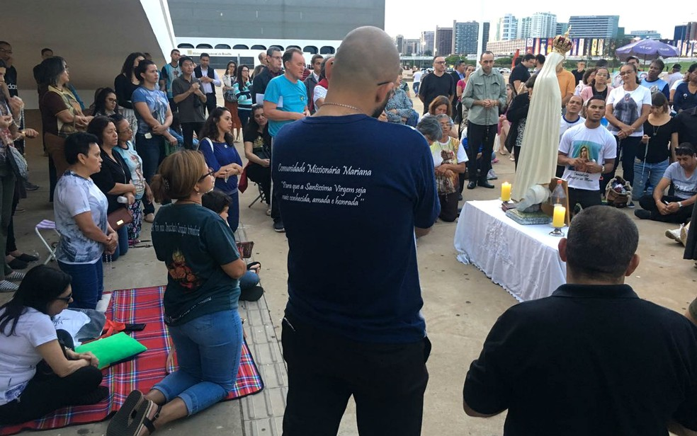 Católicos rezam Ave Marias no Museu Nacional da República em Brasília em prostesto contra exposição de arte (Foto: Luiza Garonce/G1)