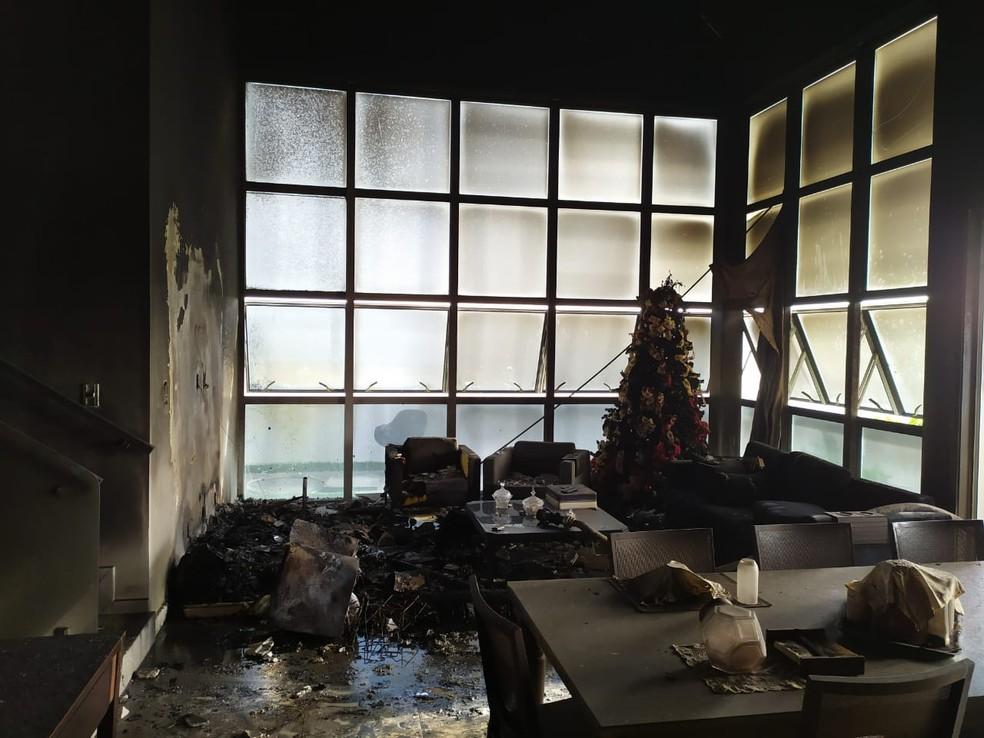 Sala da residência do prefeito de Arapiraca ficou destruída com as chamas — Foto: Ascom/Bombeiros