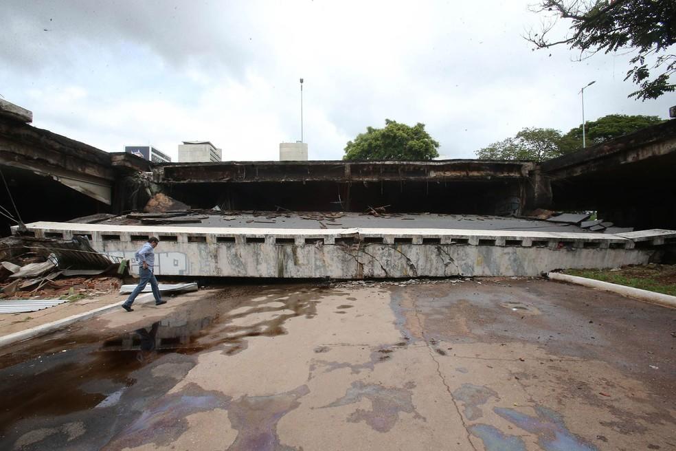 Parte do viaduto Galeria dos Estados, no Eixão Sul, desabou na região central de Brasília, sem deixar nenhum ferido (Foto: André Dusek/Estadão Conteúdo)