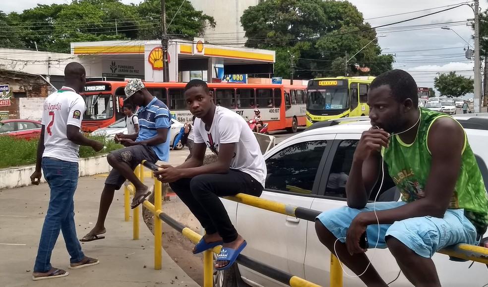 Refugiados africanos resgatados podem ser encontrados pelas ruas do centro de São Luís (Foto: Rafael Cardoso/G1)