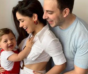 Sabrina Petráglia com o filho Gael no colo e o marido Ramón Velázquez | Reprodução