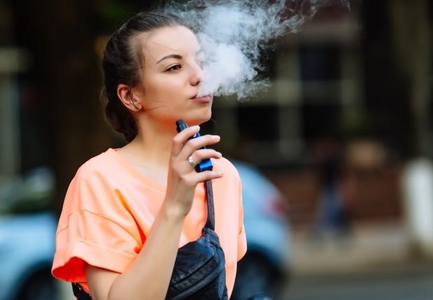 O cigarro eletrônico surgiu como uma promessa de auxílio para quem deseja parar de fumar (Foto: Getty Images via BBC)