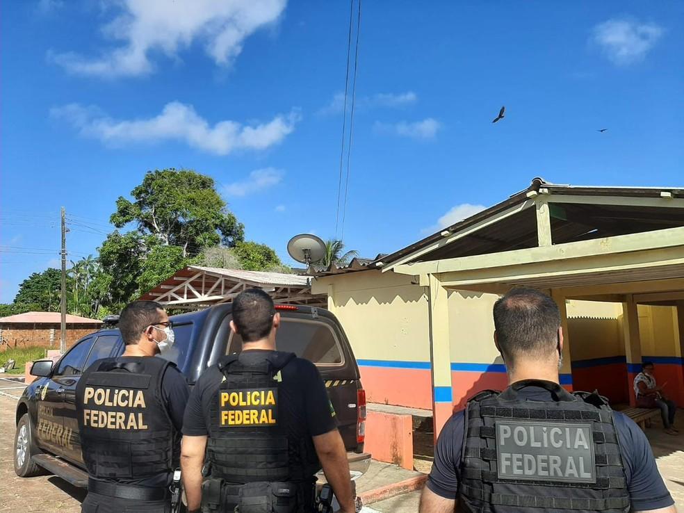 Agentes da PF em local alvo de mandado de busca e apreensão — Foto: Polícia Federal/Divulgação