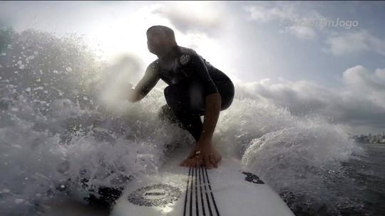 Surfista cego desafia padrões, domina as ondas e sonha com o lugar mais alto do pódio
