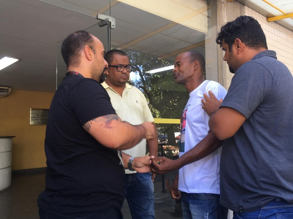 De camisa branca, tio de Samuel conversa com o psicólogo Alberto Filgueiras — Foto: Thayuan Leiras / GloboEsporte.com
