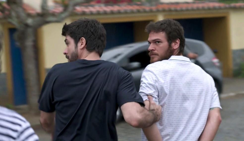 Em 'A Força do Querer', Rubinho (Emilio Dantas) é preso na frente de Bibi (Juliana Paes) e Dedé (João Bravo)  — Foto: Globo