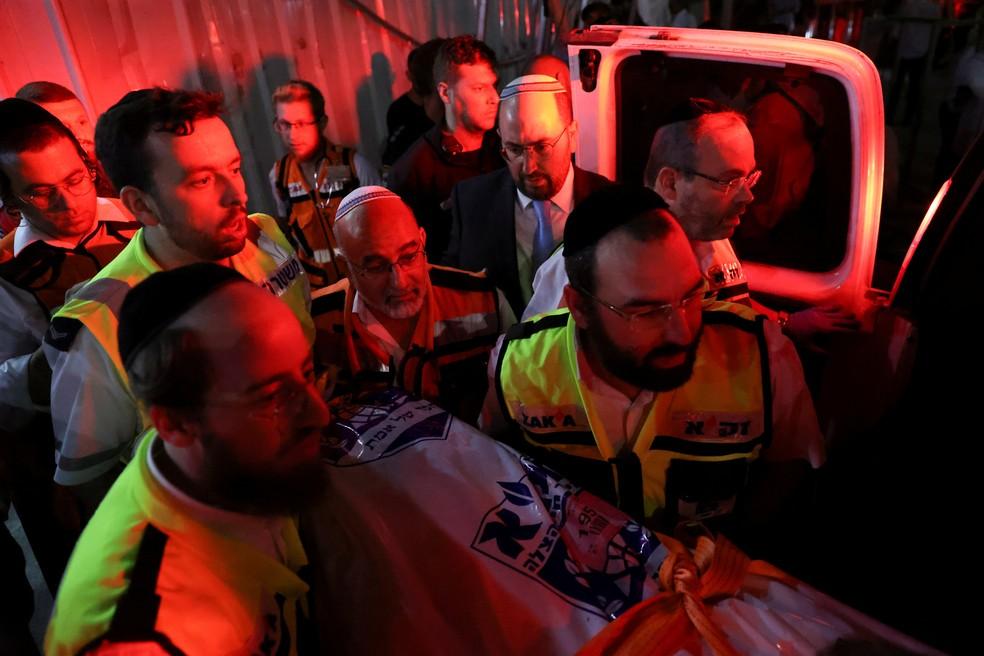 Equipes do serviço israelense de emergências atendem feridos após colapso de arquibancada em sinagoga da Cisjordânia neste domingo (16) — Foto: Reuters
