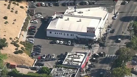 Homem armado faz reféns em mercado de Los Angeles