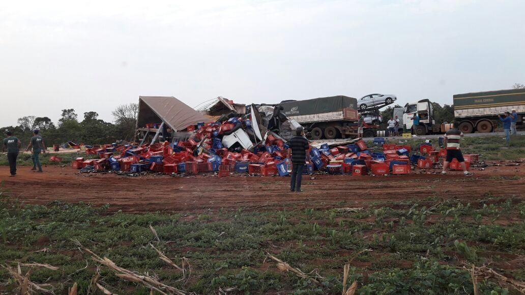 Carretas batem de frente e os dois motoristas morrem após cabines ficarem destruídas em MT