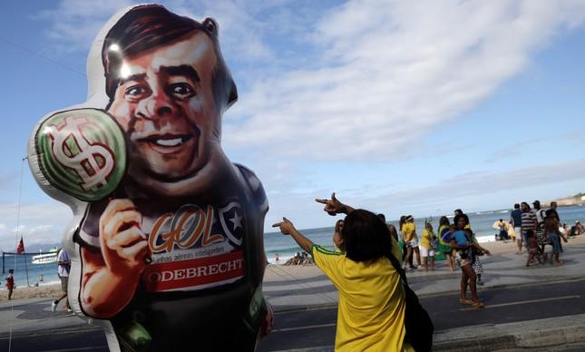 Manifestante pró-Bolsonaro simula tiros em boneco de Rodrigo Maia