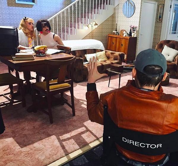 O cineasta Bryan Singer dirigindo Rami Malek nos bastidores de Bohemian Rhapsody (2018) (Foto: Instagram)
