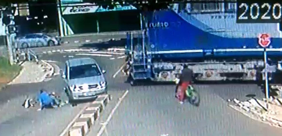 Trem acerta carro que parou na linha férrea após atingir ciclista em Sumaré — Foto: Reprodução/EPTV