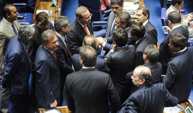 Senadores do PMDB cercaram Renan Calheiros na última terça (29) para debater sobre a instalação de CPI mista ou exclusiva do Senado para investigar Petrobras (Foto: Moreira Mariz/Agência Senado)
