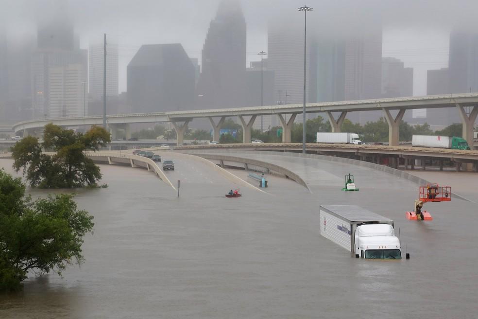 Rodovia interestadual 45 submersa devido às chuvas causadas pela tempestade tropical Harvey em Houston, Texas (Foto: Richard Carson/Reuters)