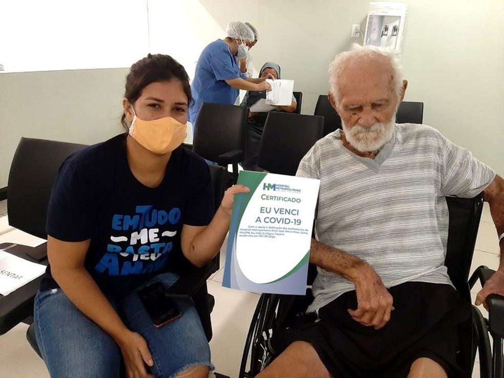 Idoso de 106 anos que se recuperou da Covid-19, na Paraíba, e sua neta — Foto: Divulgação/Ascom Metropolitano
