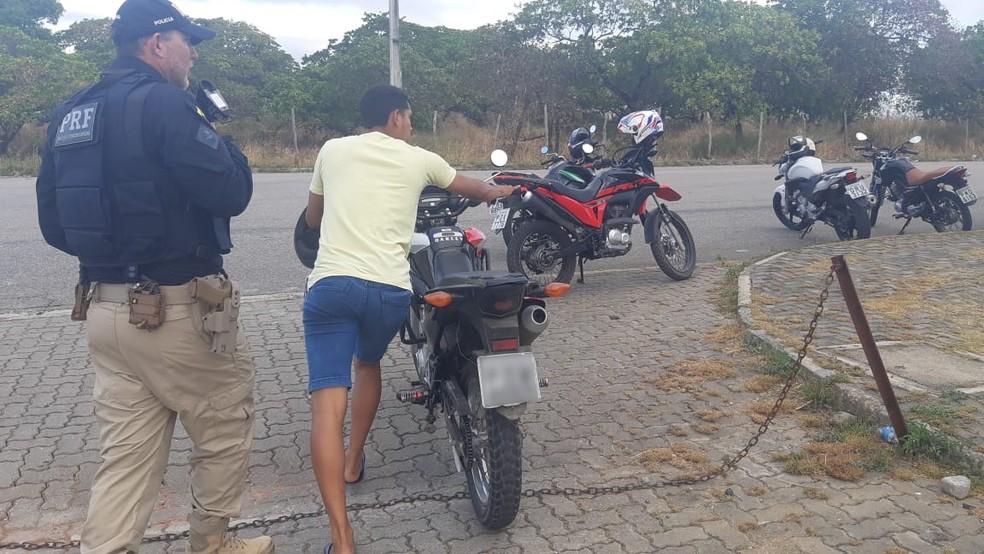 Agentes da PRF constataram diversas irregulares durante operação contra evento de racha no Ceará — Foto: Divulgação/PRF
