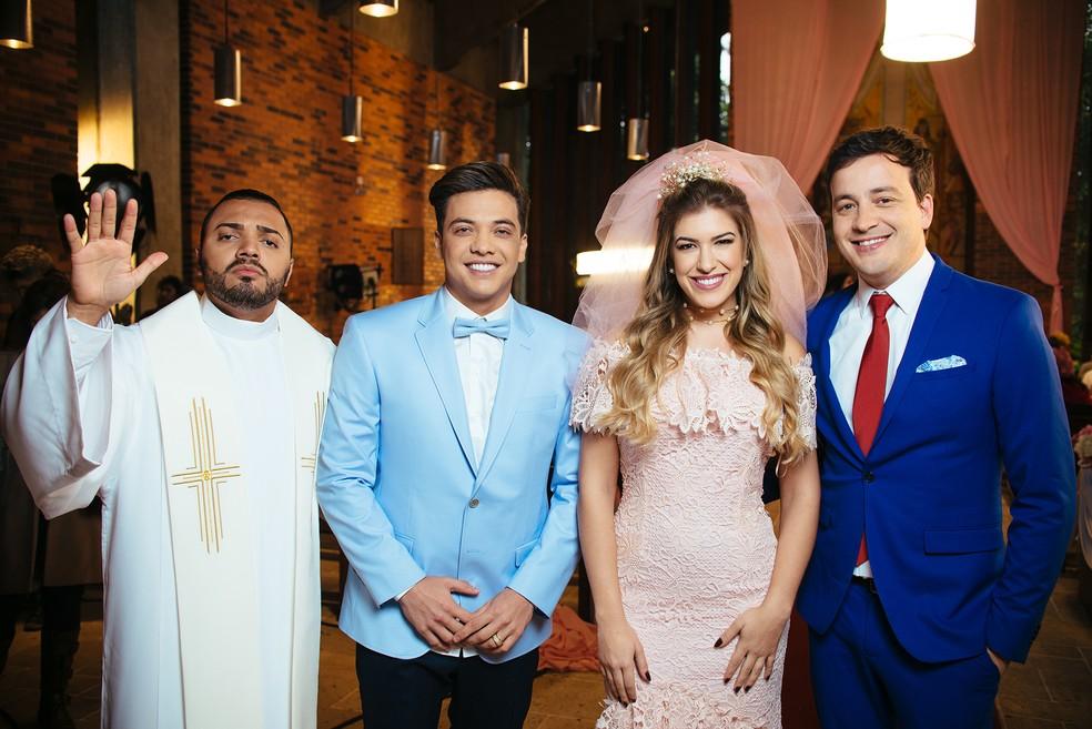 Tirulipa, Lore Improta e Rafael Cortez posam ao lado de Wesley Safadão nos bastidores (Foto: Rodolfo Magalhães)